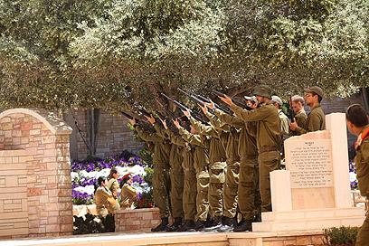 הכנות לטקסי יום הזיכרון (צילום: מוטי קמחי) (צילום: מוטי קמחי)