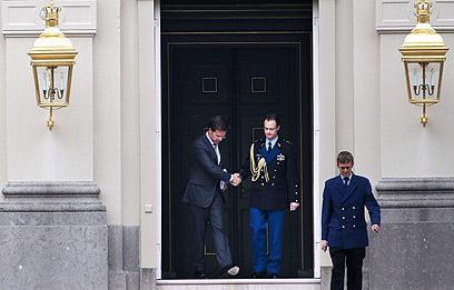 רוטה לאחר מסירת ההתפטרות למלכה (צילום: EPA) (צילום: EPA)