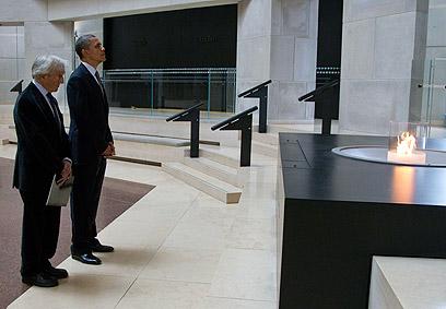 """עם נשיא ארה""""ב ברק אובמה במויזאון השואה (צילום: AP) (צילום: AP)"""