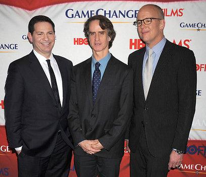 ג'יי רואץ' עם העיתונאים מארק הלפרין וג'ון היילמן (צילום:  mct) (צילום:  mct)