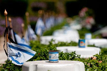 הכנות ליום הזיכרון בקריית שאול (צילום: ירון ברנר) (צילום: ירון ברנר)