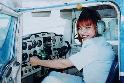 לנהוג בשמיים. ענאן פלאח במטוס (צילום רפרודוקציה: אבישג שאר-ישוב) (צילום רפרודוקציה: אבישג שאר-ישוב)
