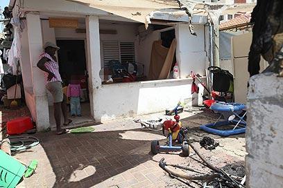 """בית בשכונת שפירא בת""""א שנפגע מבקבוקי תבערה (צילום: מוטי קמחי) (צילום: מוטי קמחי)"""