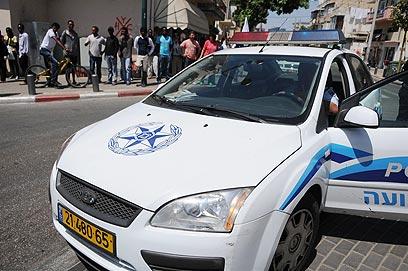 """""""גונבים מאיתנו"""". ניידת משטרה בדרום תל-אביב (צילום: ירון ברנר) (צילום: ירון ברנר)"""