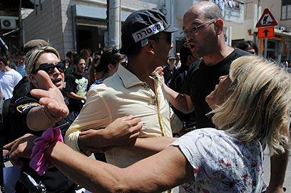 הפגנה בשכונת שפירא בתל-אביב לאחר יידוי בקבוקי התבערה  (צילום: ירון ברנר) (צילום: ירון ברנר)