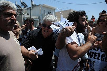 מפגינים בשכונה בתל-אביב (צילום: ירון ברנר)
