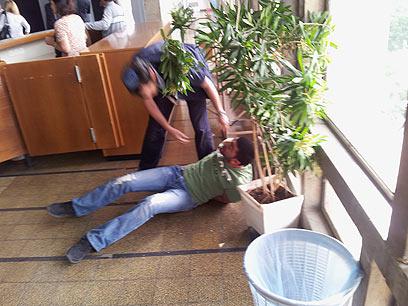 המהומה שככה אחרי דקות ארוכות. בית המשפט המחוזי בתל-אביב, הבוקר (צילום: מוטי קמחי) (צילום: מוטי קמחי)