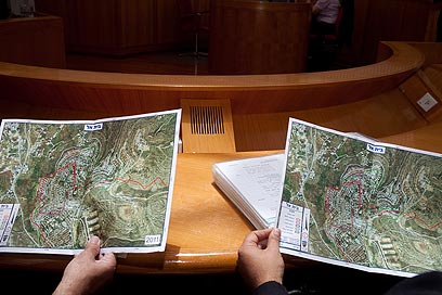 Maps examined during court hearing (Photo: Ohad Zwigenberg)