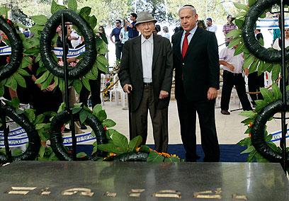 האב והבן, לפני שנתיים על קבר ז'בוטינסקי (צילום: AP) (צילום: AP)