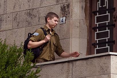 יאיר נתניהו מגיע לבית סבו, הבוקר (צילום: אוהד צויגנברג) (צילום: אוהד צויגנברג)