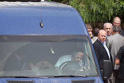 ראש הממשלה מחוץ לבית אביו, הבוקר (צילום: אוהד צויגנברג) (צילום: אוהד צויגנברג)