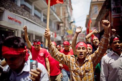 נפאלים צועדים בבירה קטמנדו (צילום: EPA) (צילום: EPA)