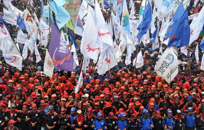 המונים בכחול ובאדום באינדונזיה (צילום: AFP) (צילום: AFP)