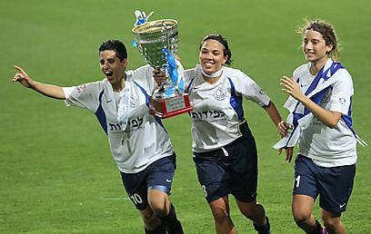 """ועכשיו לליגת האלופות. שחקניות אס""""א והגביע (צילום: אורן אהרוני) (צילום: אורן אהרוני)"""