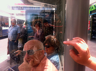 תחנת אוטובוס. בקרוב ללא עשן סיגריות (צילום: כרמית ראובן) (צילום: כרמית ראובן)