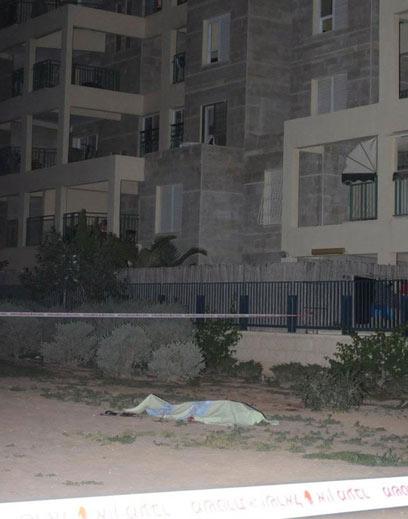 גופת הנרצח בזירת האירוע, הלילה בבאר שבע (צילום: הרצל יוסף) (צילום: הרצל יוסף)