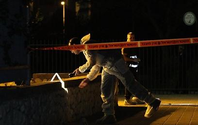 אנשי הזיהוי הפלילי מחפשים ראיות בזירה ברחובות (צילום: עופר עמרם) (צילום: עופר עמרם)