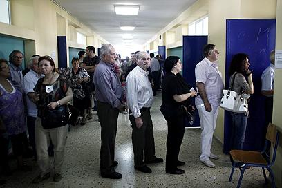 בוחרים עומדים בתור ביום ראשון. יחזרו לעוד סיבוב? (צילום: AFP) (צילום: AFP)