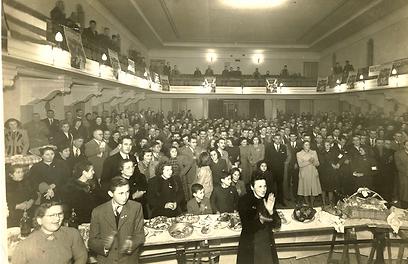"""תיאטרון קדימה, ביום ההכרזה על תום מלחמת העולם השנייה (באדיבות המוזיאון להתיישבות הקולוניות והקהילות היהודיות, ע""""ש הרב אהרון הלוי גולדמן, מוזסוויל) ()"""