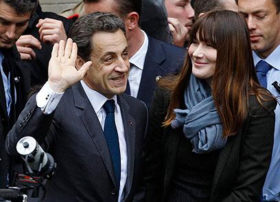 הזוג הזוהר נפרד מארמון האליזה. סרקוזי וברוני (צילום: AP) (צילום: AP)