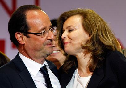 חוגג את ניצחונו הגדול ומדאיג את המשקיעים. הולנד ובת זוגו טרירוויילר (צילום: AP) (צילום: AP)