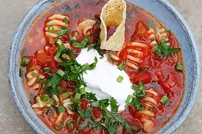 מרק עגבניות וטורטיות (צילום: מיכל וקסמן)