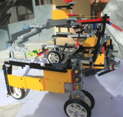הרובוט שבזכותו זכו בחורינו ובחורותינו המצוינים בתואר (צילום: אבי אוסטפלד)