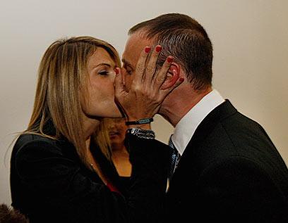 """נשיקה מבת הזוג דפנה שחר מ""""מועשרות"""" (צילום: עטא עוויסאת, ידיעות אחרונות ) (צילום: עטא עוויסאת, ידיעות אחרונות )"""