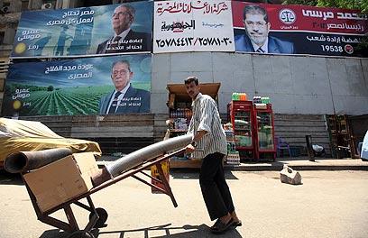 כרזות בחירות בקהיר (צילום: רויטרס) (צילום: רויטרס)