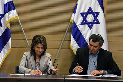 זאב אלקין ודליה איציק חותמים על ההסכם (צילום: גיל יוחנן) (צילום: גיל יוחנן)