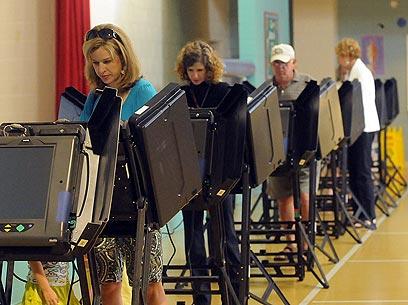 """אמרו """"לא"""" לנישואים חד-מיניים. מצביעים בצפון קרוליינה (צילום: AP) (צילום: AP)"""