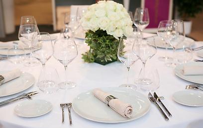 אין אורח שזוכר כיצד נראה סידור השולחן, אז למה לקחת מעצב מיוחד? (צילום: shutterstock) (צילום: shutterstock)