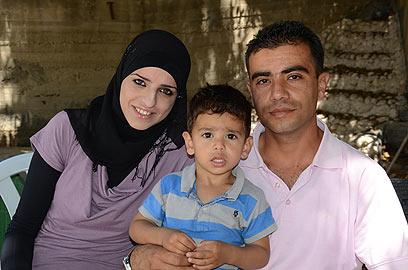 משפחת דיאבאת. מתקשים לקחת את עאדל לטיפול רפואי (צילום: מוחמד שינאווי) (צילום: מוחמד שינאווי)