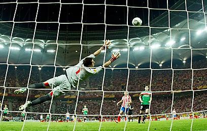 והכדור ברשת! פלקאו לא מותיר לאיראיסוס שום סיכוי (צילום: רויטרס) (צילום: רויטרס)