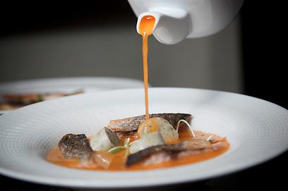 אדמוני בזכות העגבניות. מרק דגים (צילום: תום להט) (צילום: תום להט)