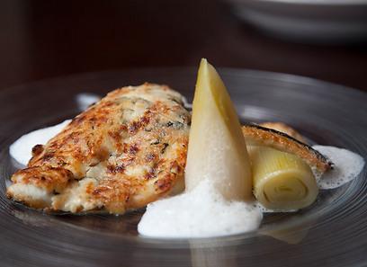 שילוב לא רגיל? לא בפרובאנס. דג ים בקראסט גבינה (צילום: תום להט) (צילום: תום להט)