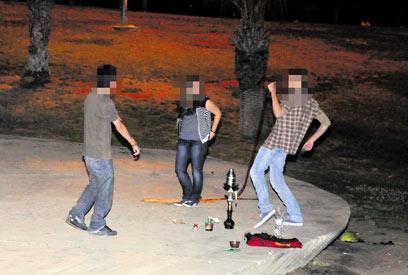 בני נוער בפארק ציבורי. עישון ושתיית אלכוהול (ארכיון) (צילום: הרצל יוסף) (צילום: הרצל יוסף)
