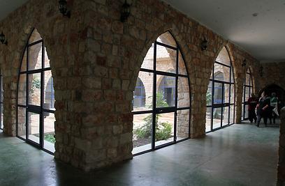 החלונות מול החצר הפנימית (צילום: חגי אהרון) (צילום: חגי אהרון)