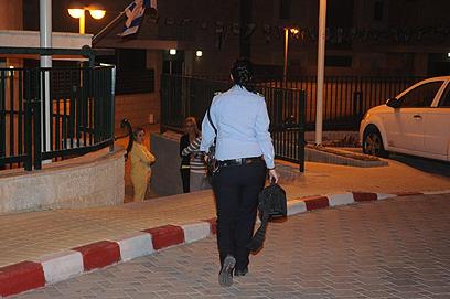 שוטרת ליד מקום הדקירה, הלילה (צילום: הרצל יוסף) (צילום: הרצל יוסף)