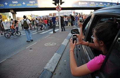 נצא לרחוב או נסתפק בחבילת סלולר זולה?  (צילום: בן קלמר) (צילום: בן קלמר)