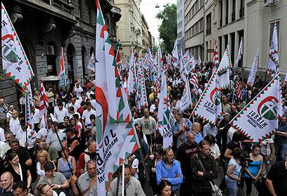 הונגרים מפגינים במחאה על המצב הכלכלי. המדינה ניזוקה קשות (צילום: AP) (צילום: AP)