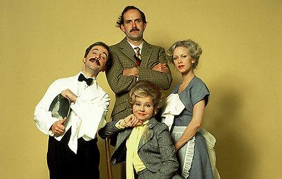 """""""המלון של פולטי"""". הומור בריטי בלתי ניתן לחיקוי"""