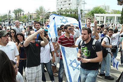 פעילים מפגינים, היום בתל אביב (צילום: עופר עמרם) (צילום: עופר עמרם)