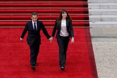 """ברוני וסרקוזי עוזבים את ארמון האליזה. """"הייתה הרפתקה יפה"""" (צילום: רויטרס) (צילום: רויטרס)"""