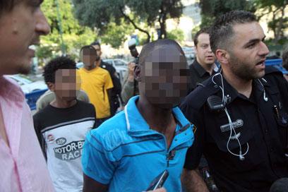 החשודים בכניסה לבית המשפט (צילום: מוטי קמחי) (צילום: מוטי קמחי)