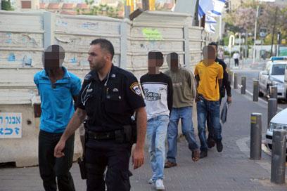 """""""מישהו יכול לתקוף מתחת לבית"""". החשודים באונס בחניון בתל-אביב (צילום: מוטי קמחי) (צילום: מוטי קמחי)"""