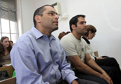 האחים נגד האח. ניר וגיא בבית המשפט (צילום: גיל יוחנן) (צילום: גיל יוחנן)