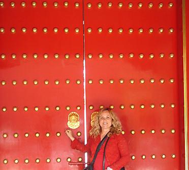 דלת אדומה היא סימן לאושר. שרונה פומס מחייכת ליד דלת אדומה (צילום: שרונה פומס)