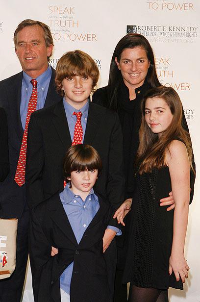 בני הזוג נישאו ב-1994. מארי ורובט קנדי עם שלושה מילדיהם (צילום: רויטרס) (צילום: רויטרס)