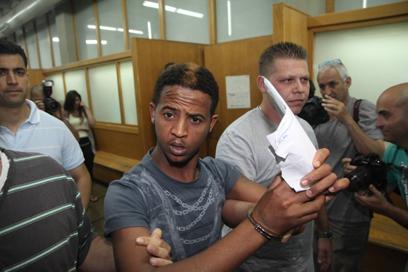 אחד החשודים בבית המשפט (צילום: מוטי קמחי) (צילום: מוטי קמחי)
